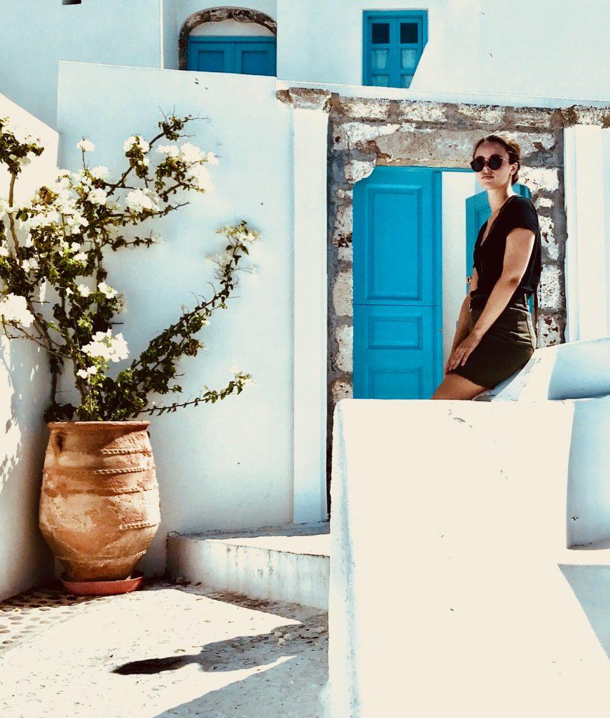 Les ruelles blanches et bleues de Fira à Santorin