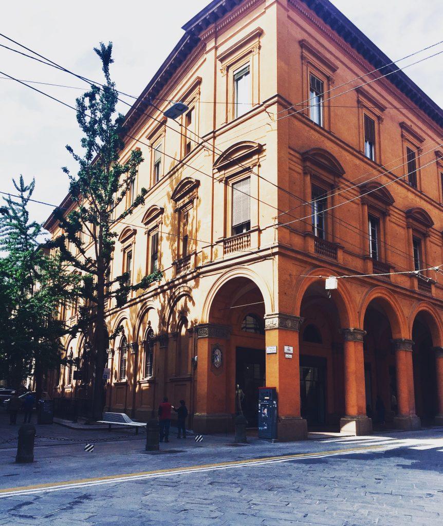 Rue orangée Bologne